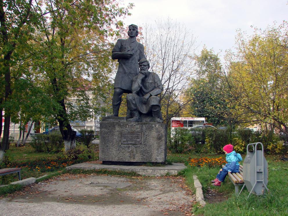 У памятника умельцам-основателям Режевского завода