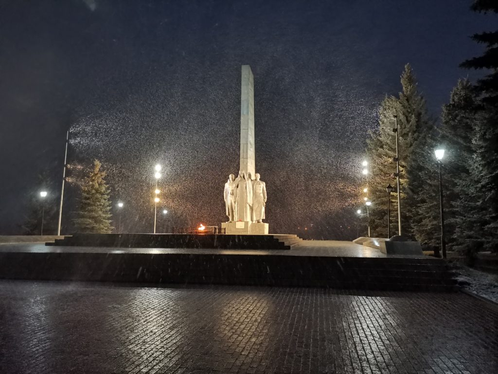 Монумент с подсветкой в темное время суток