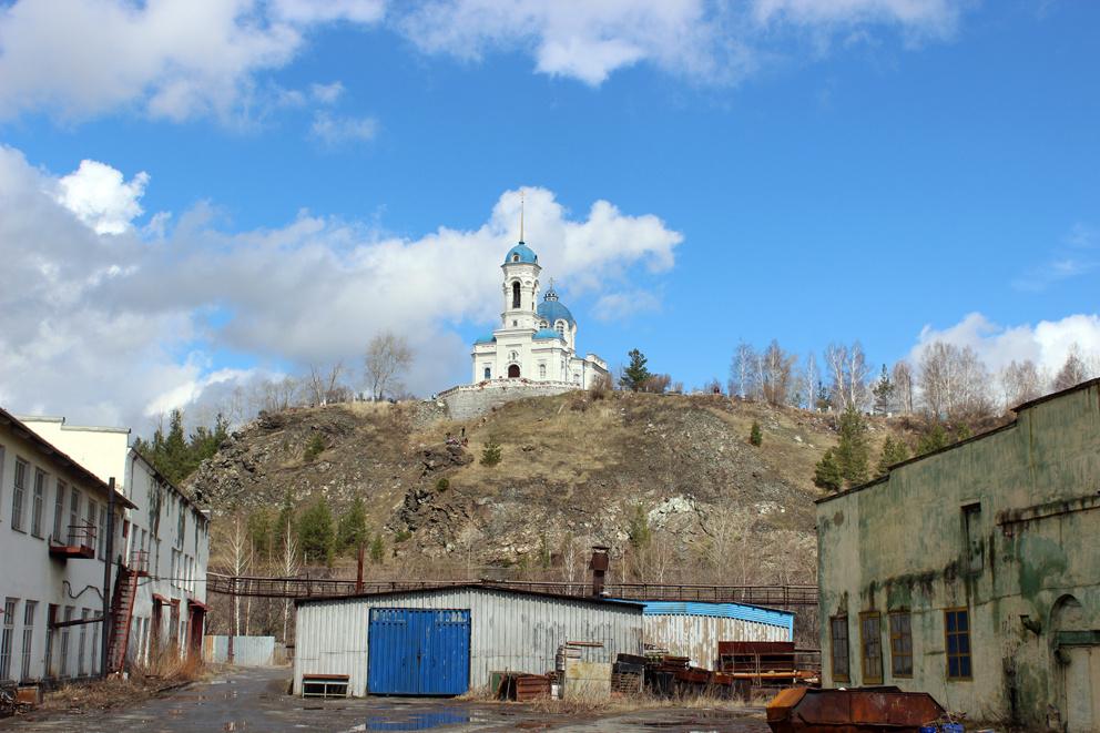 Вид на храм Иоанна Предтечи в Реже со стороны завода