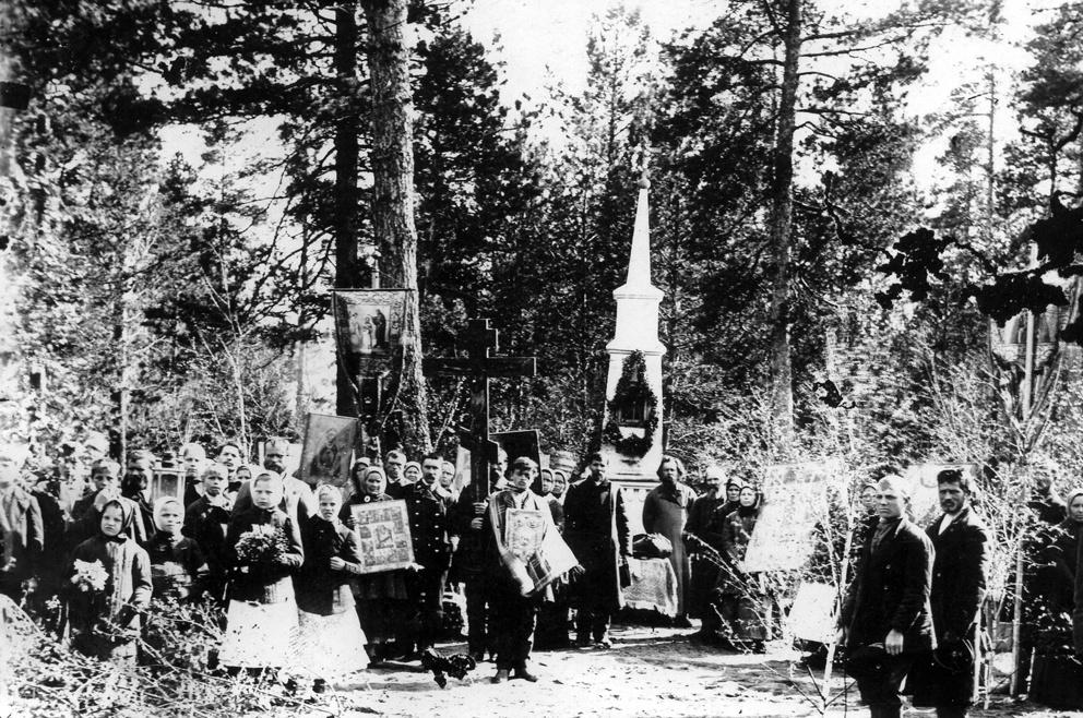 Крестный ход у памятника Николаю Чудотворцу. Дореволюционный снимок