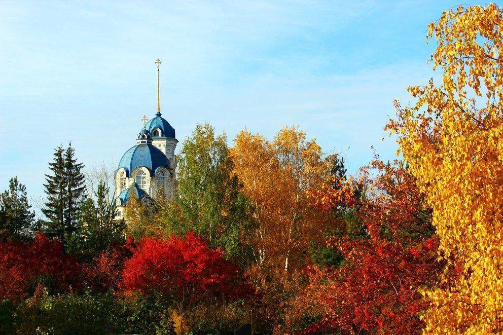 Храм Иоанна Предтечи в Реже в золотую осень