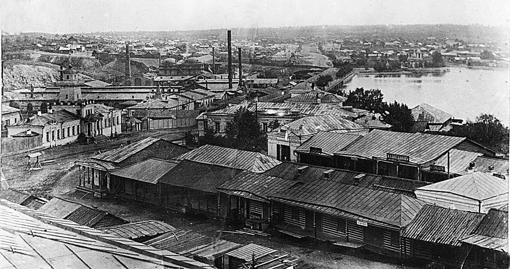 Вид на торговые ряды, на заднем плане Режевской завод и пруд, слева башня заводоуправления. Фото начала XX века. Фото выполнено с крыши Богоявленского храма, ныне Режевской политехникум