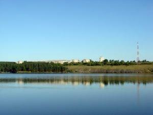 Вид на микрорайон Семь ветров с противоположного берега пруда