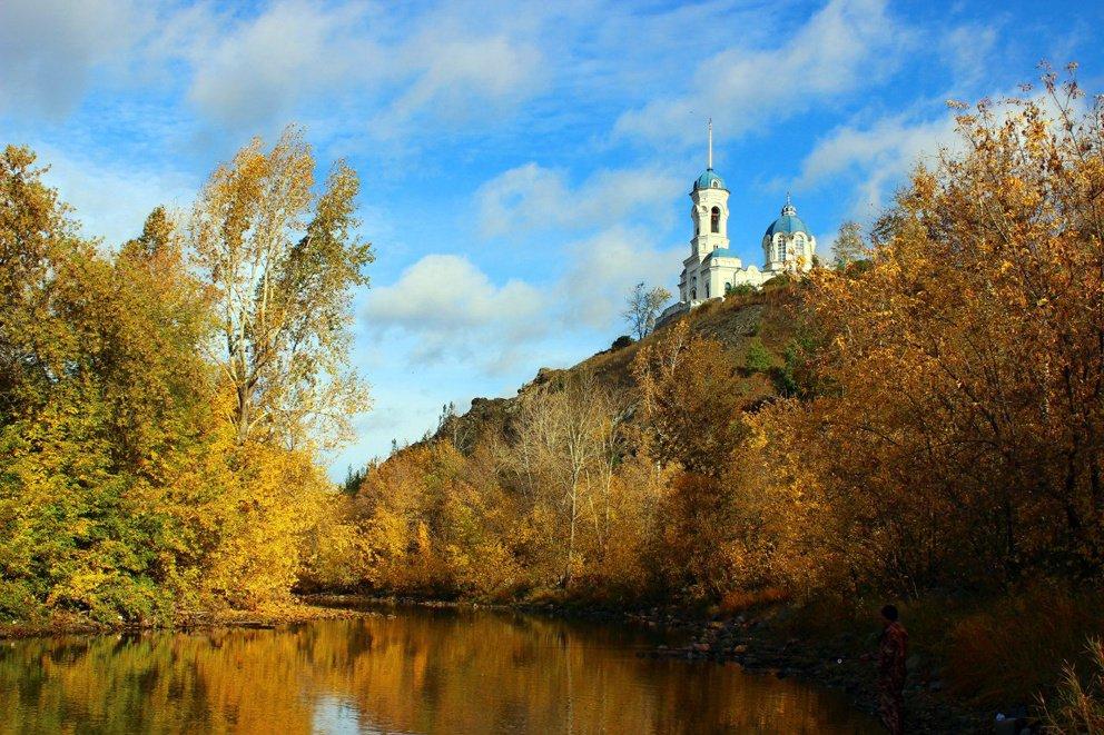 Храм Иоанна Предтечи в золотую осень