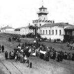 Похороны младенца перед зданием заводоуправления Режевского завода