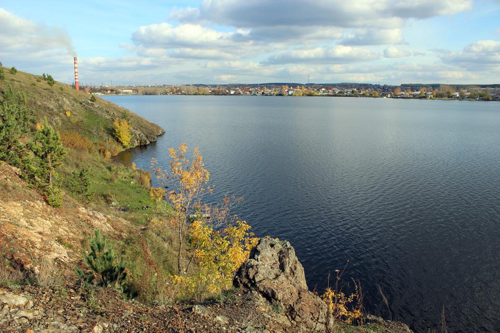 Осень. На высоком левом берегу Режевского пруда