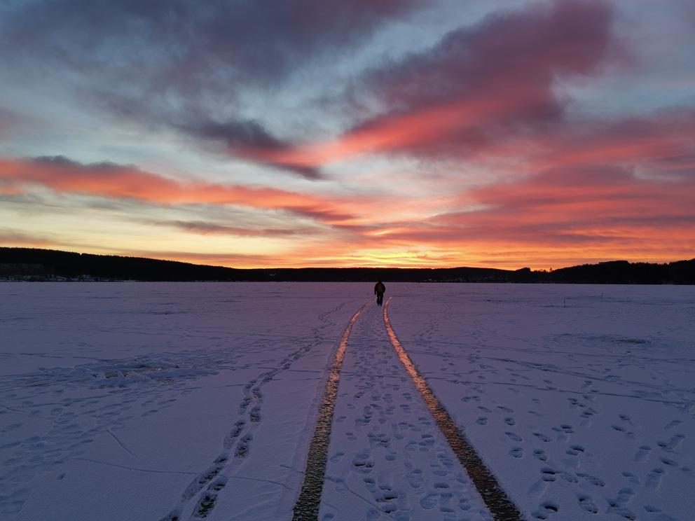 Режевской пруд зимой на закате. Одинокий странник...
