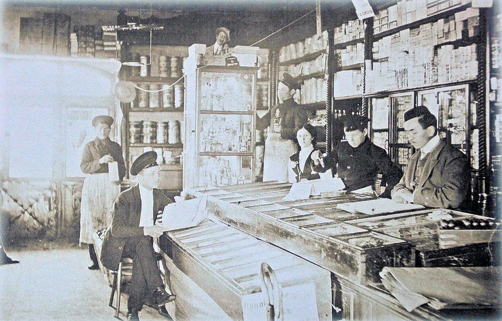В лавке Ф. Богатеева (сам хозяин — первый справа), ныне торговое заведение в Реже на перекрестке улиц Ленина-Советская