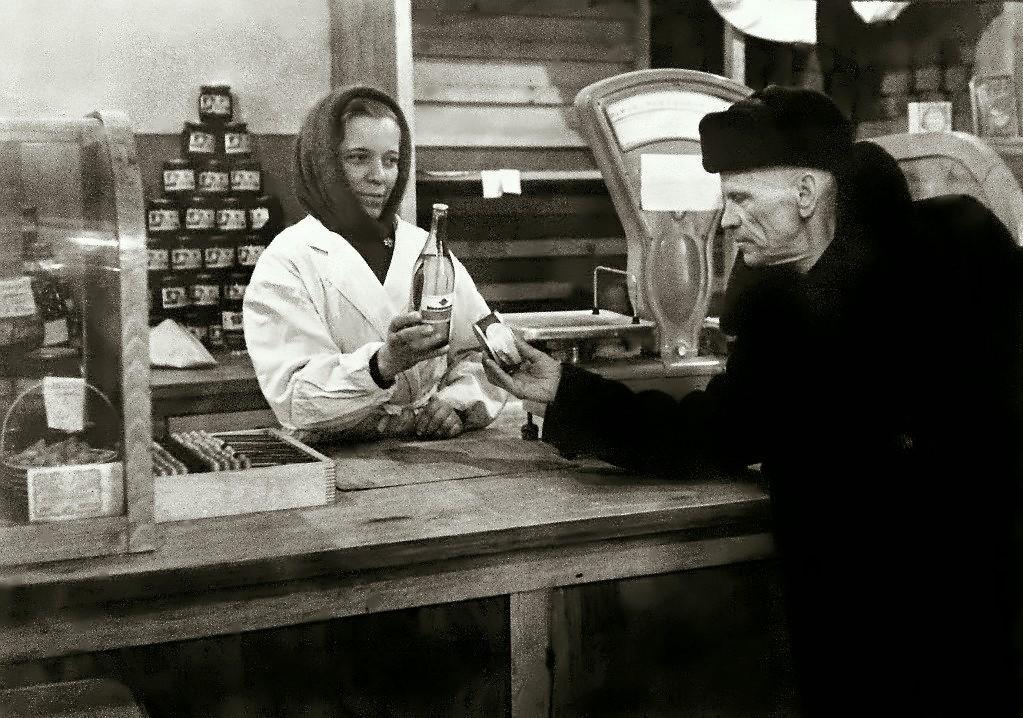 В продуктовом магазине на Пятом участке микрорайона Быстринский. Фото 1950-х годов